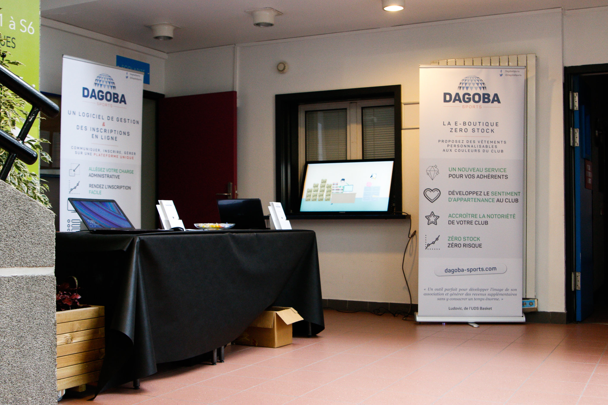 Le Stand DAGOBA SPORTS en pleine installation avec le congrès
