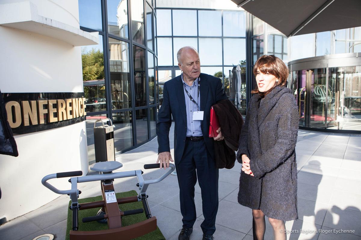Mme Arribagé et M. Thouroude devant un appareil de Loisirs Diffusion