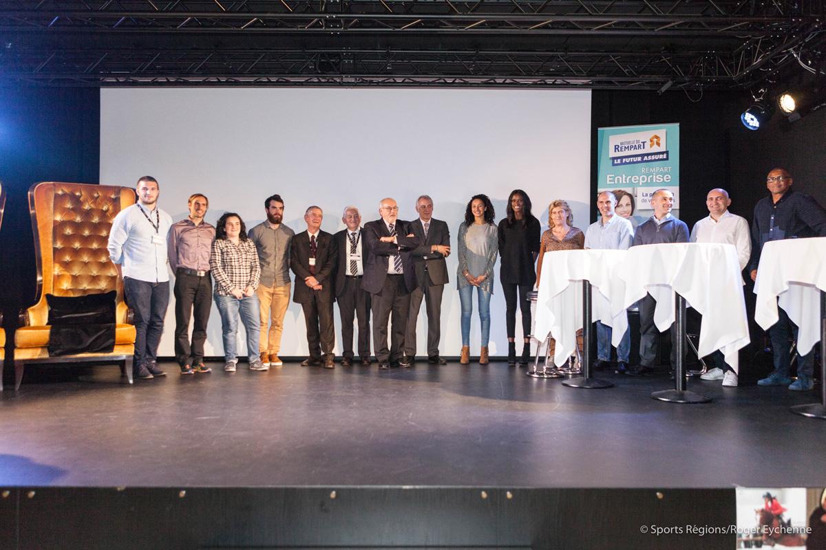 """Prix Communica Sport """"Les Hommes Rouges"""" par Henri IBARA remis aux contributeurs de cette édition 2015 - Équipe d'étudiants présents sur place"""